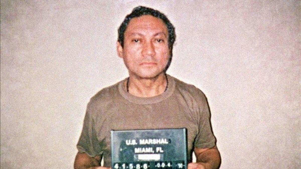 Fotografía del pasado 4 de enero de 1990 del ex general panameño Manuel Antonio Noriega sosteniendo su ficha policial. EFE/Archivo