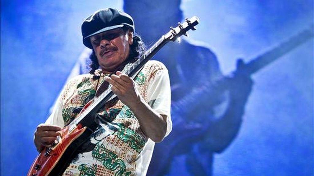 """Carlos Santana, de 63 años, le propuso matrimonio a Cindy Blackman en medio de un concierto que dio en Chicago el 9 de julio después de que tocaran juntos uno de los temas más conocidos del músico latino, """"Corazón espinado"""". EFE/Archivo"""