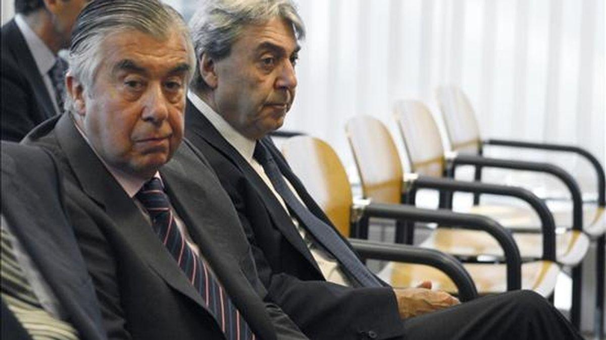 Los empresarios Alberto Alcocer (i) y Alberto Cortina, en una sala de la Audiencia Provincial de Madrid, donde se les juzga desde hoy por presuntamente utilizar una carta falsa para acusar a sus socios de Urbanor de falso testimonio y favorecer la revisión de la sentencia del Tribunal Supremo que les condenó por la venta de dicha sociedad. EFE