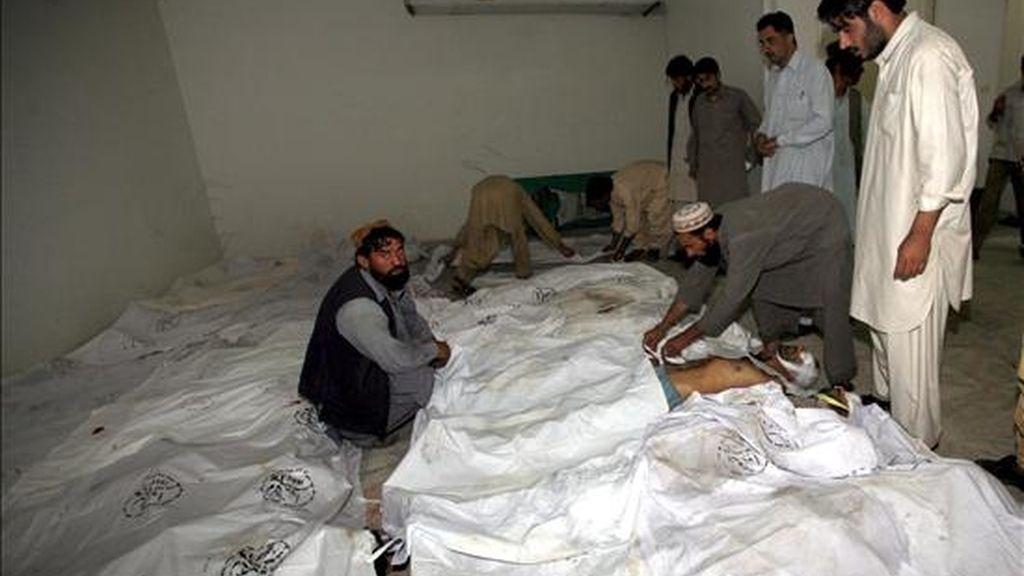 Los cadáveres de 50 personas halladas por las autoridades paquistaníes con síntomas de haber fallecido por asfixia en unos contenedores de carga con los que aparentemente querían entrar de forma ilegal en Europa. EFE