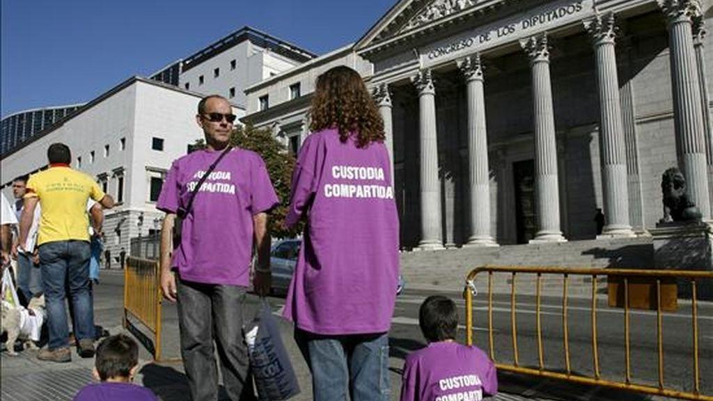 Un grupo de personas asistentes a la manifestación de la Confederación Estatal de Asociaciones de Madres y Padres Separados en favor de la custodia compartida, frente al Congreso de los Diputados. EFE/Archivo