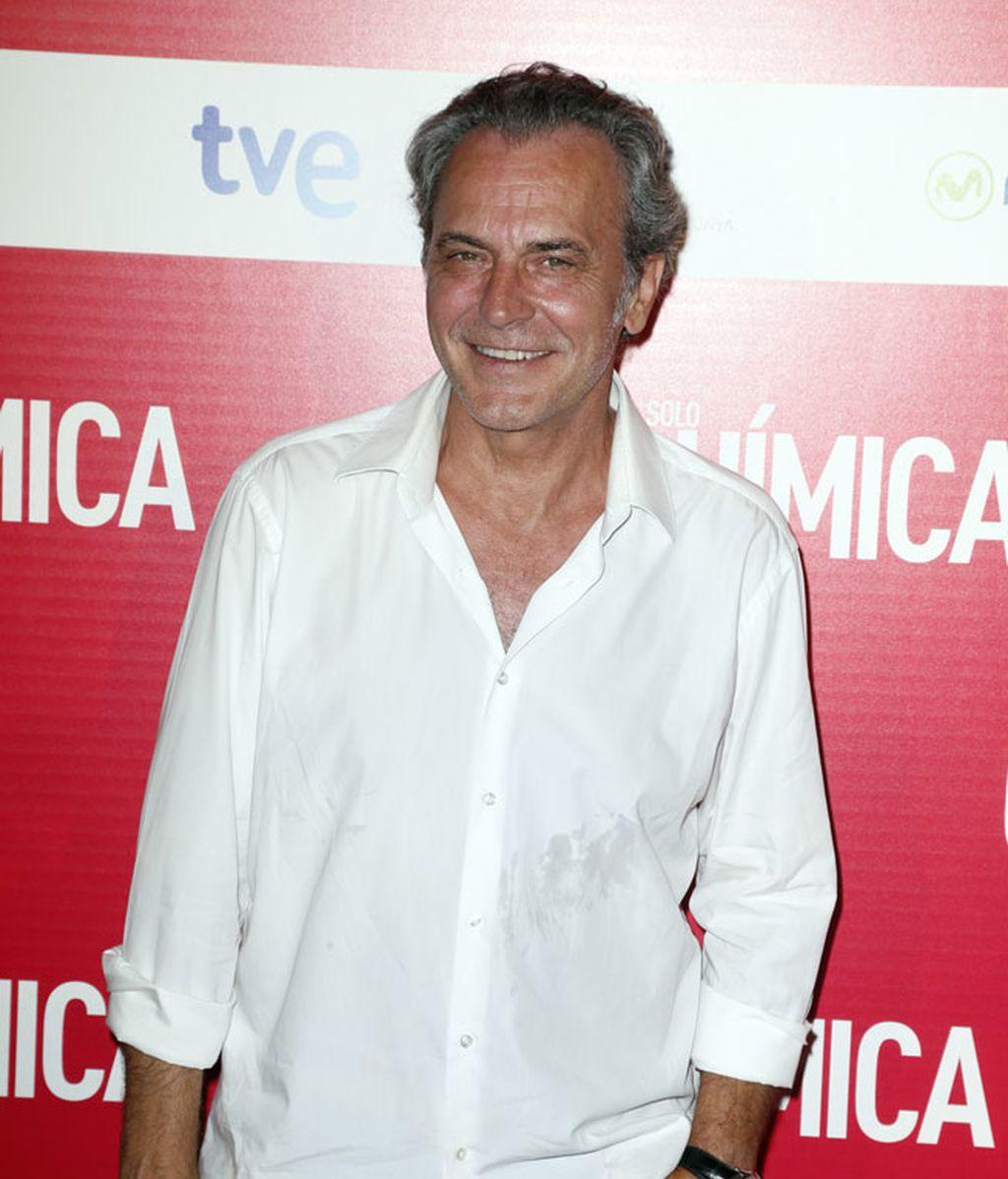 José Coronado, muy feliz, con camisa blanca
