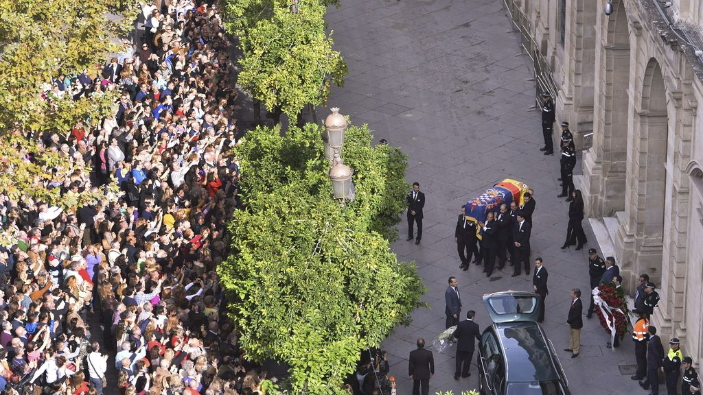El féretro de la duquesa de Alba recorre las calles de Sevilla