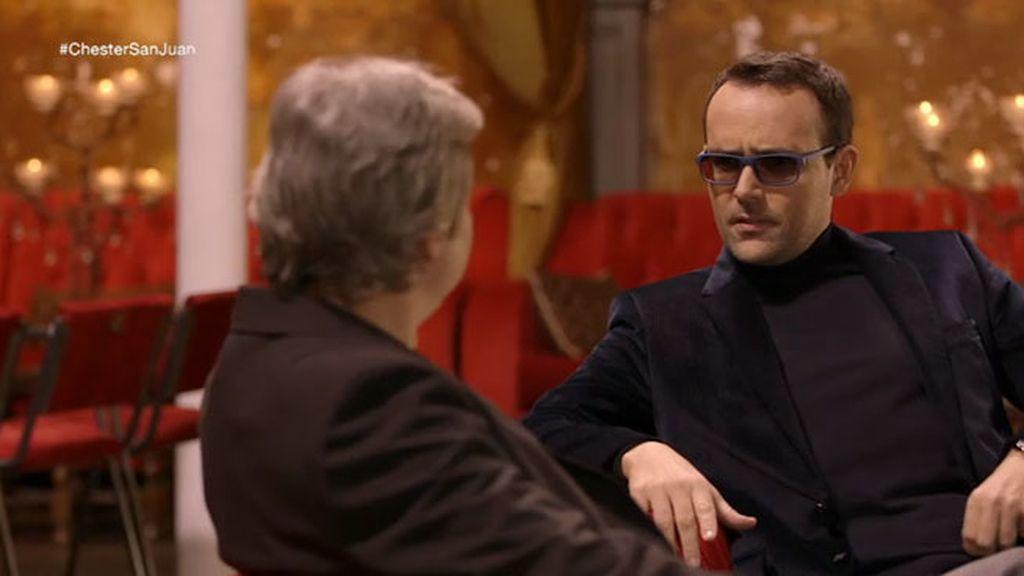 El actor se sienta en el chester