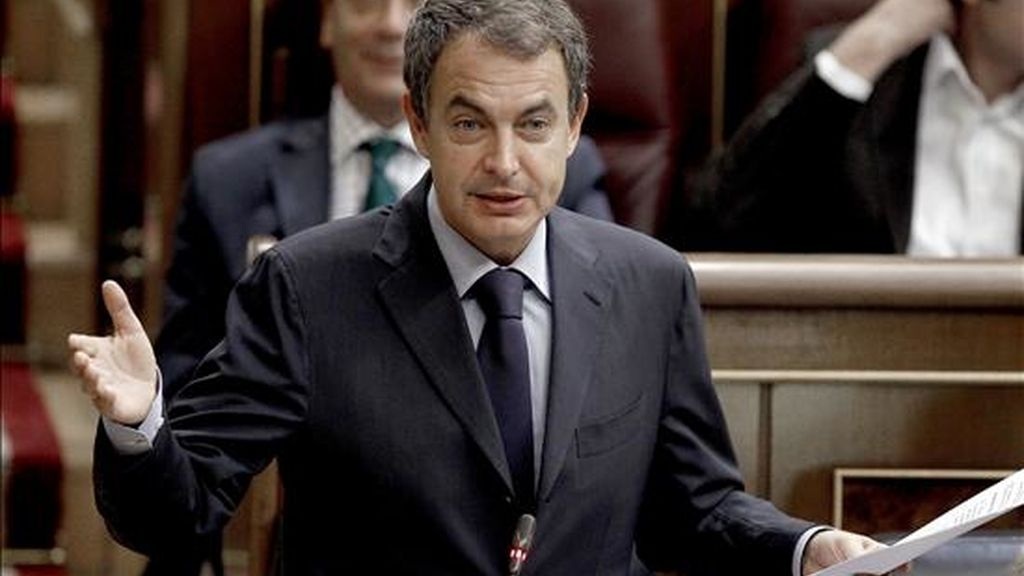 El presidente del Gobierno, José Luis Rodríguez Zapatero, durante una de sus intervenciones en la sesión de control en el Congreso, en la que se trata, entre otros asuntos, sobre los resultados de la política educativa del ejecutivo y el proyecto de ley de seguridad alimentaria. EFE