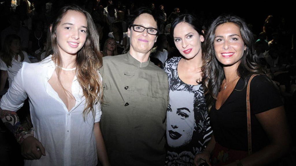 Lucía Dominguín y sus hijas junto a Nuria Roca