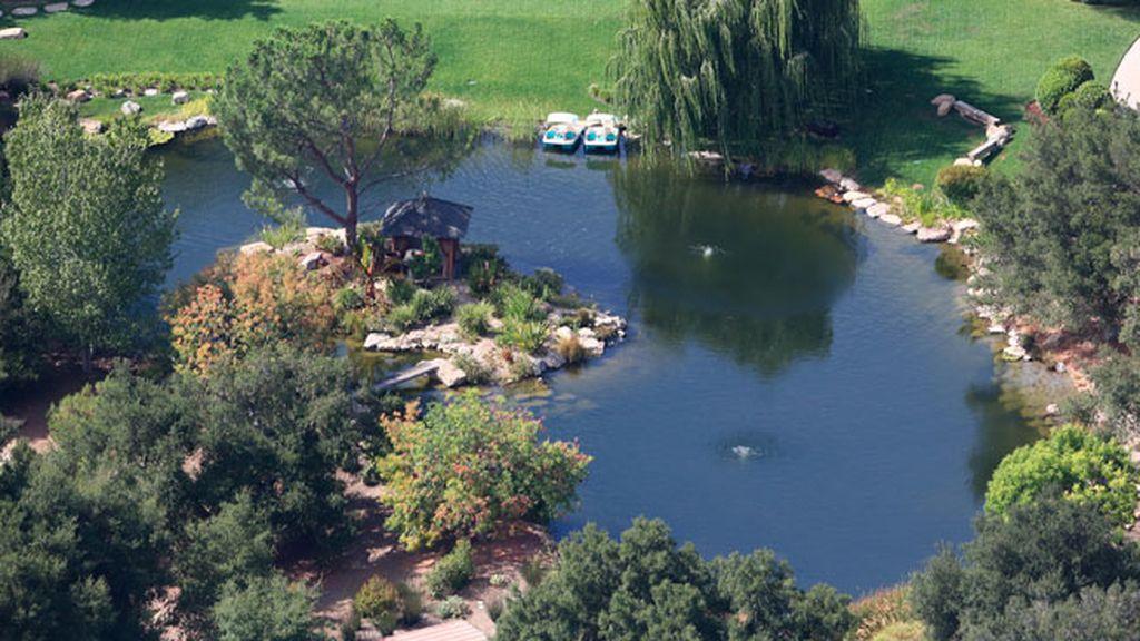 Lago, embarcadero, piscina, gimnasio y salones de yoga...