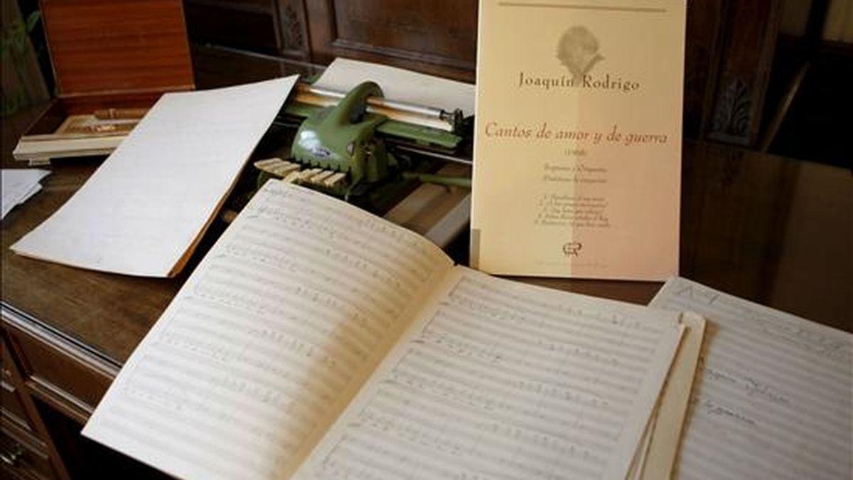 """Partituras y la maquina de escribir braile del compositor Joaquin Rodrigo, autor de """"El concierto de Aranjuez"""", el compositor español más programado en el extranjero y que escribía en braille sus partituras antes de dictarlas al copista, nota a nota. EFE/Archivo"""