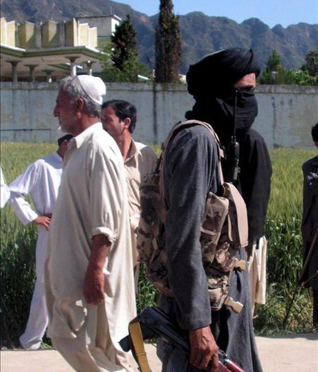 Un talibán paquistaní armado en el distrito de Buner, próximo al valle Swat. EFE