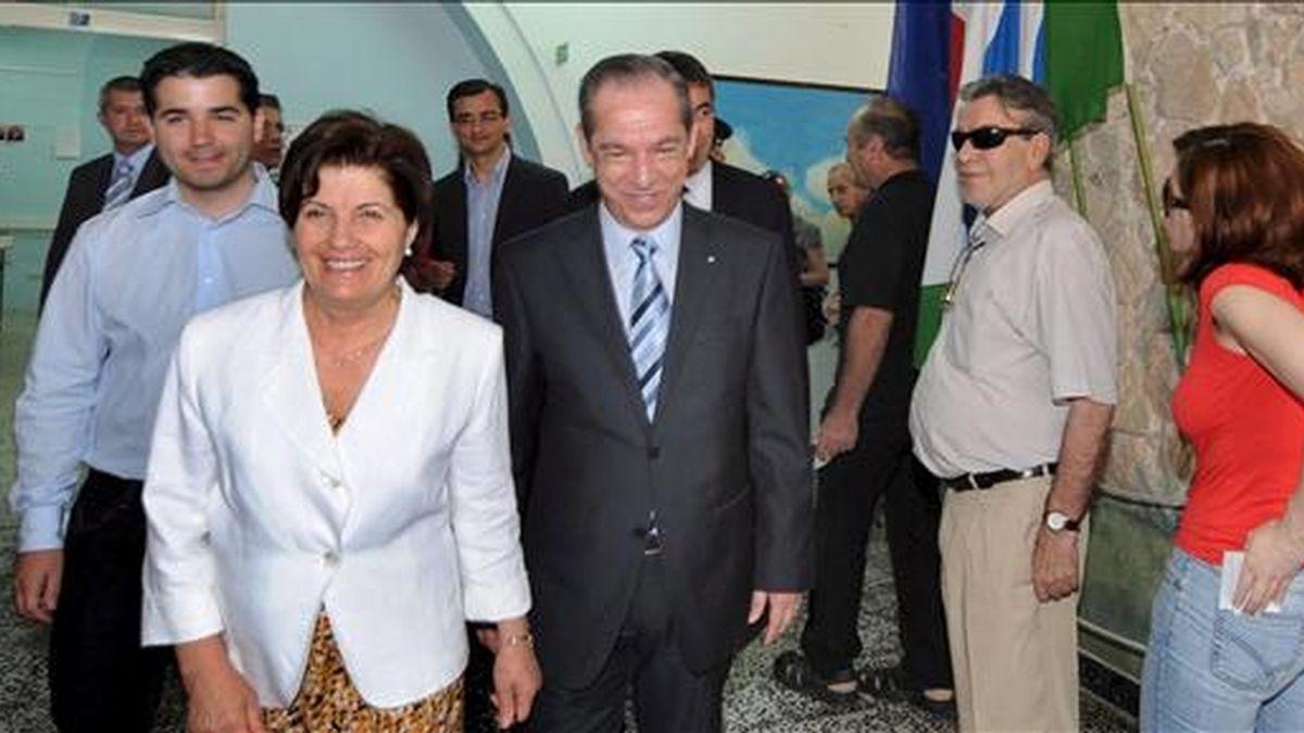 El primer ministro maltés, Lawrence Gonzi (c), acompañado de su esposa Kate y su hijo Paul (izq), salen de un colegio electoral tras ejercer hoy su derecho al voto en las elecciones europeas en Marsa Scala (Malta). EFE