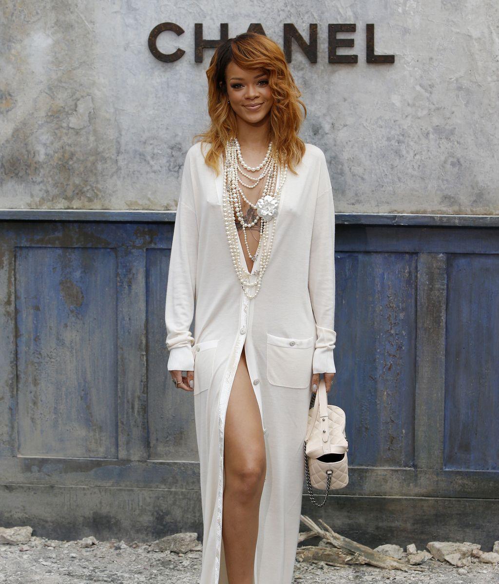 Rihanna enseña casi todo en la Semana de la Moda en París