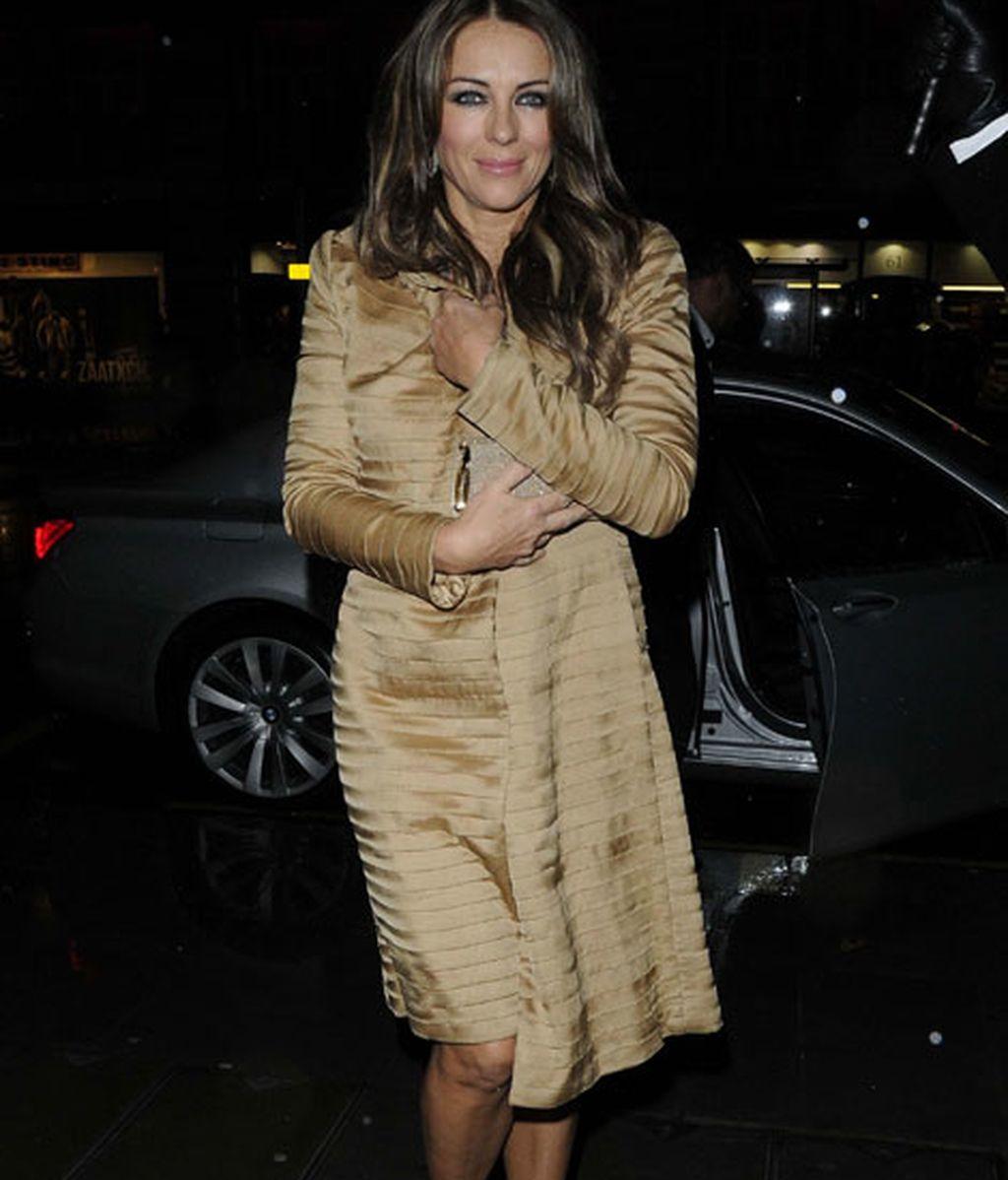 Elizabeth Hurley, abrigo y sandalias
