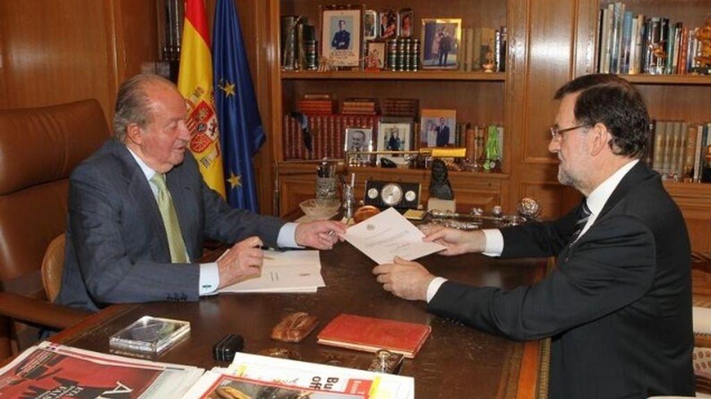El Rey anuncia su abdicación a Rajoy