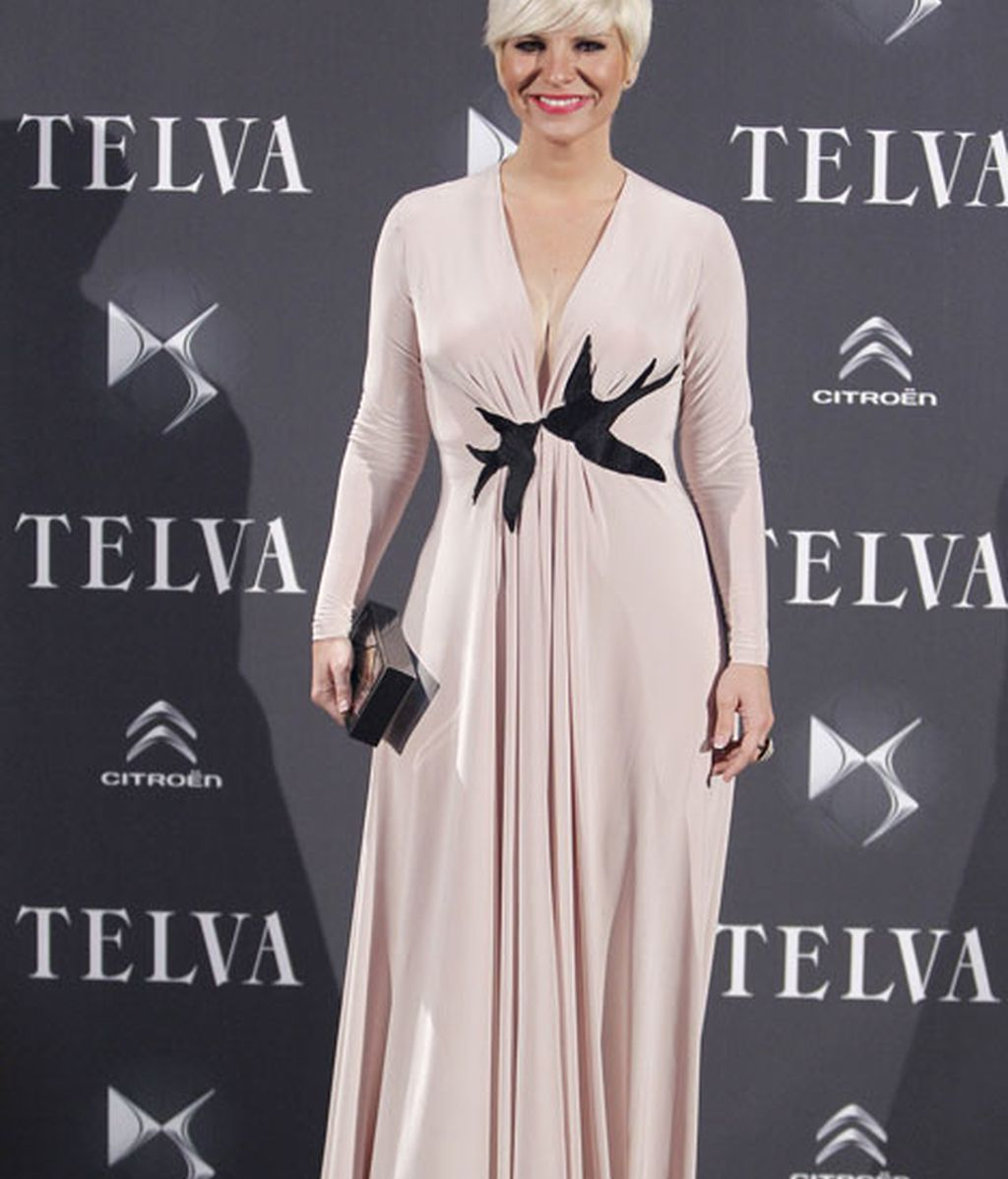 Pasión Vega llevó un clutch de Zara y vestido de Antonio García