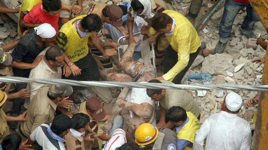 Al menos siete muertos al derrumbarse un edificio presuntamente ilegal en la India