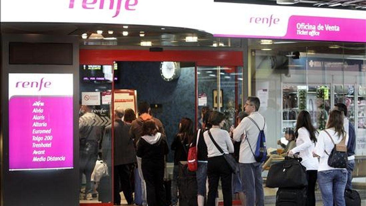 Varias personas esperan en la estación de Atocha de Madrid a ser atendidos. EFE/Archivo