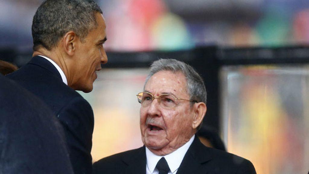 Saludo histórico entre Obama y Raúl Castro