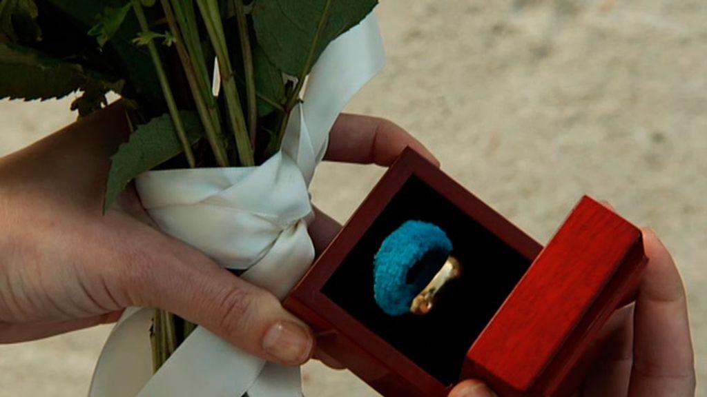 Emily entrega su anillo