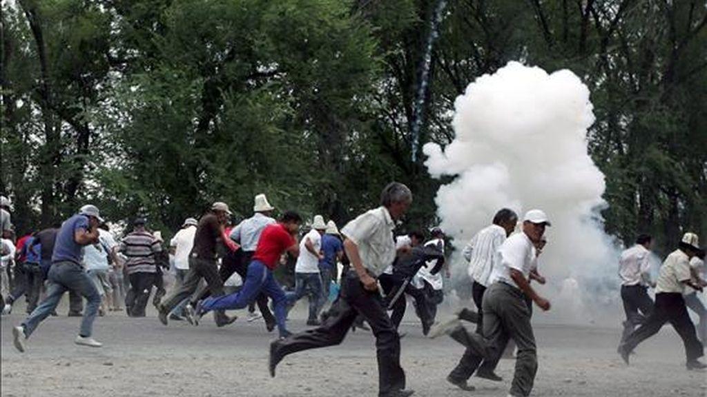 Partidarios del emprsario y político Urmat Baryktabásov huyendo de los gases lacrimógenos lanzados por la Policía en Kirg-Shelk, a 16 kilómetros de Biskek, este jueves. EFE