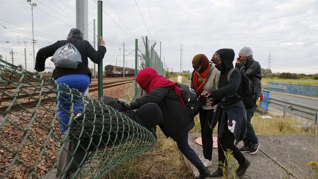Inmigrantes saltan las vallas del Eurotúnel en Calais, Francia