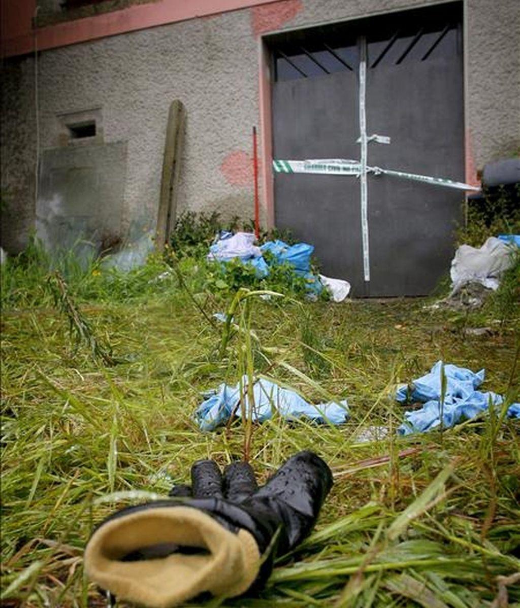Imagen del lugar donde esta madrugada los bomberos de Arteixo rescataron los cuerpos mutilados de dos varones, suceso por el que ocho personas han sido detenidas por agentes de la Guardia Civil debido a su presunta relación con los cadáveres localizados en un pozo en la parroquia de Fonteculler, en Culleredo (A Coruña), lo que podría estar vinculado al tráfico de drogas. EFE