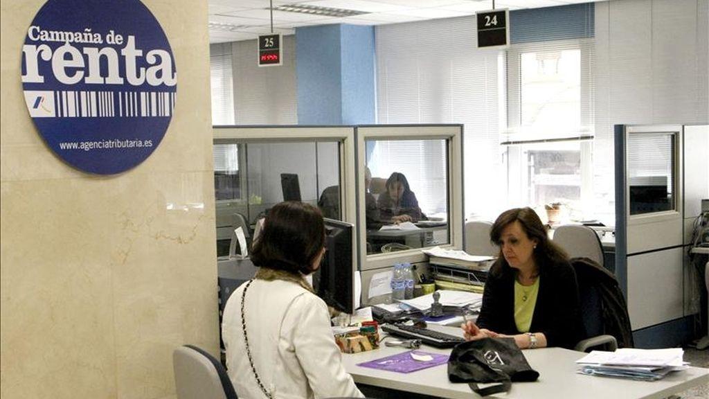 Una mujer en una oficina de la Agencia Tributaria en Madrid. EFE/Archivo