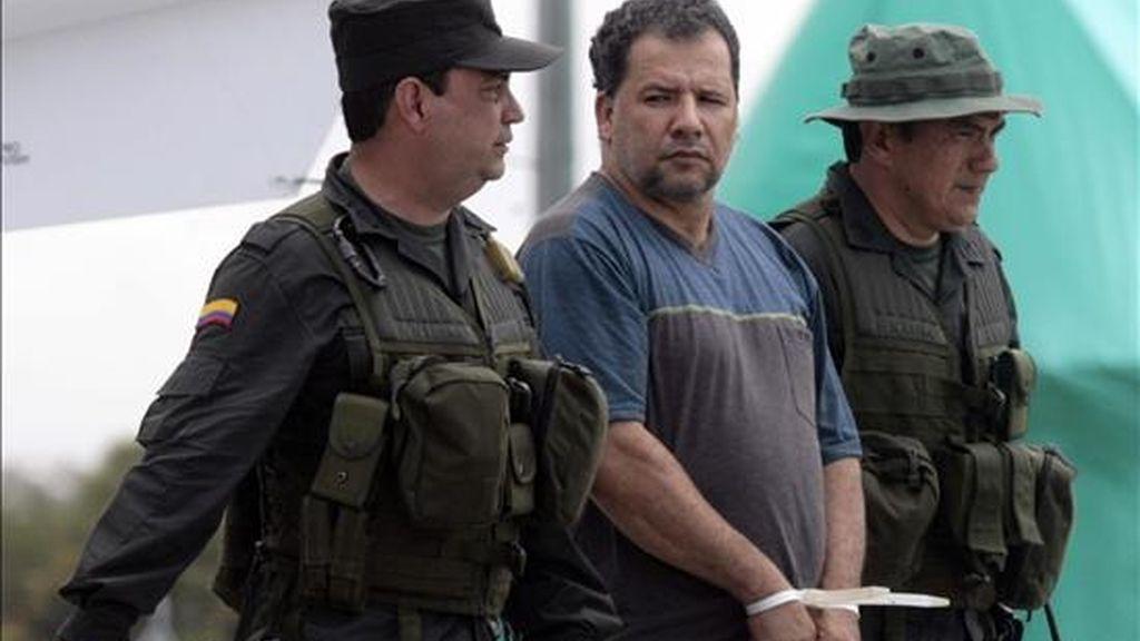 """Fotografía del pasado 15 de abril en la que se ve al narcotraficante colombiano Daniel Rendón Herrera, alias """"Don Mario"""" (c), tras ser capturado en una zona rural del noroeste de Colombia. EFE/Archivo"""