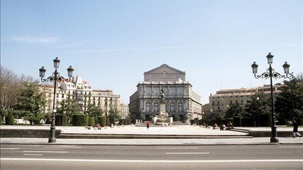 Vista de la Plaza de Oriente en la que se puede apreciar al fondo la fachada principal del Teatro Real. EFE/Archivo