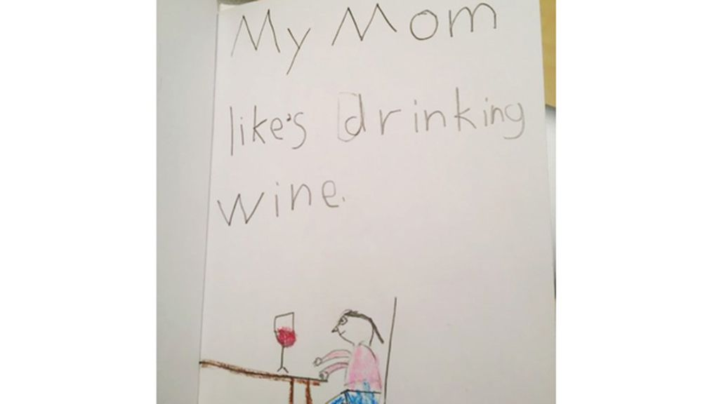 Algo habitual que hace su madre, tomar vino