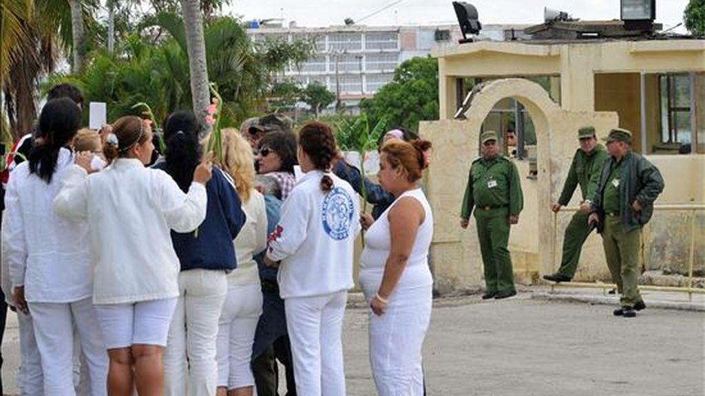 Las disidentes Damas de Blanco reclaman la libertad de los presos políticos con una protesta pacífica en la entrada de la prisión Combinado del Este, en La Habana, Cuba, en el Día Internacional de los derechos Humanos. EFE