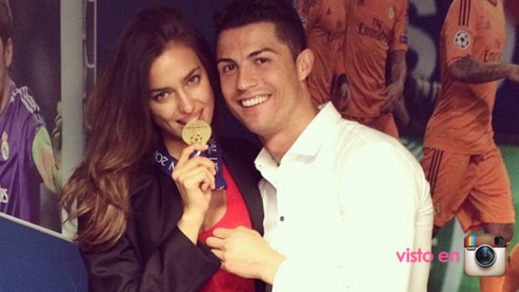 Irina mordió la medalla de la victoria en Champions de su chico