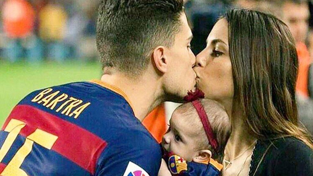 Melissa Jiménez y Bartra llevan a su hija Gala a su primer partido en el Camp Nou