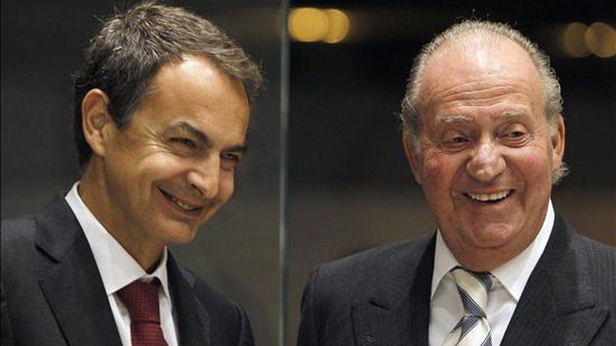 Don Juan Carlos ha mantenido hoy su habitual despacho semanal con el presidente del Gobierno, José Luis Rodríguez Zapatero, el primero de 2011. EFE/Archivo