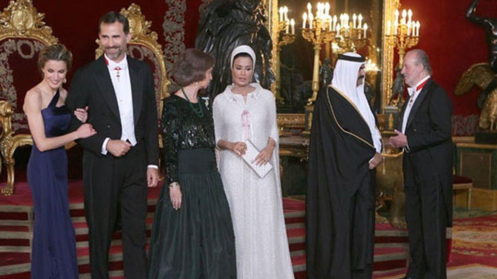 La familia real ofrece una cena de gala en el Palacio Real con motivo de la visita del emir de Catar.
