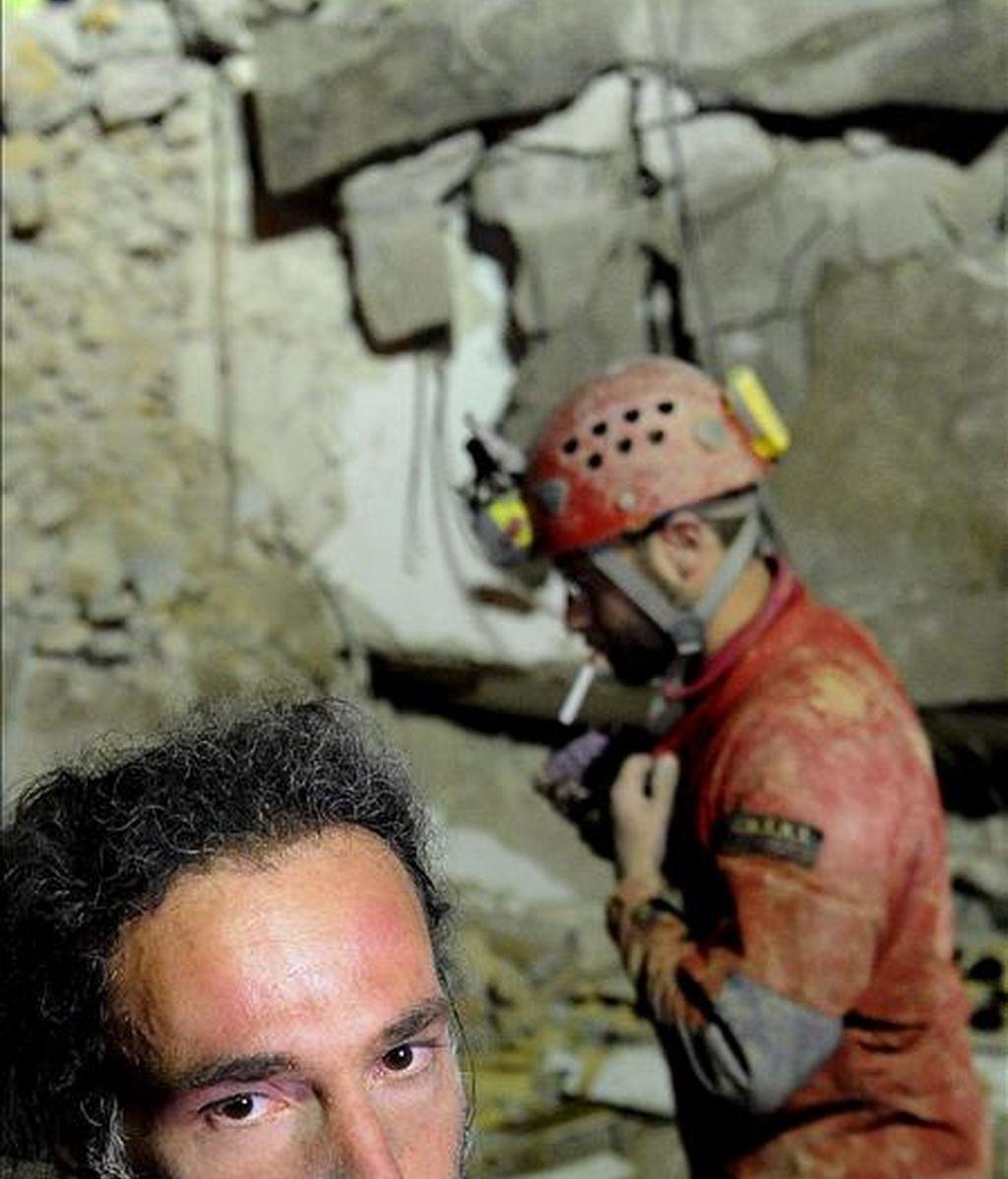 Espeleólogos trabajando en la búsqueda de víctimas sepultadas bajo los escombros de los edificios derribados por el terremoto del pasado lunes en L'Aquila (Italia). EFE