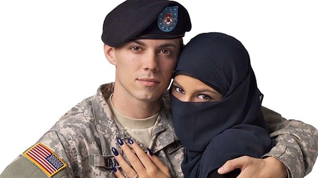 Polémica publicidad por aparecer un soldado de EEUU con una musulmana abrazados