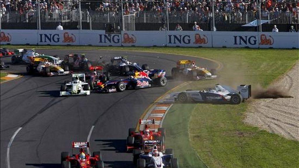Varios monoplazas implicados hoy en un choque en la primera vuelta del Gran Premio de Australia de Fórmula Uno en el circuito Albert Park de Melbourne (Australia). EFE