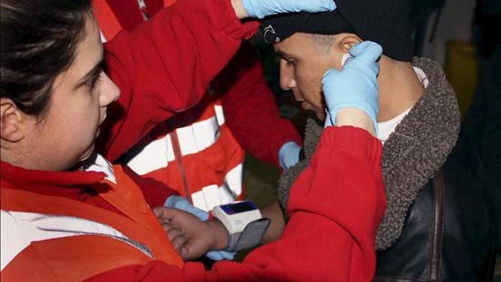 Fotografía facilitada por Cruz Roja de varios inmigrantes llegados en patera a Alicante el pasado 31 de diciembre. EFE/Archivo