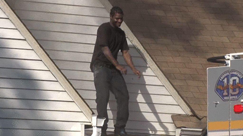 Prende fuego a la casa de su exnovia y se regocija bailando en su tejado ante las autoridades