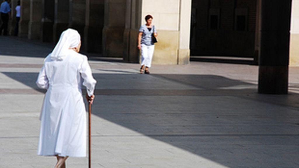 Una monja paseando por la calle. Foto: Archivo.