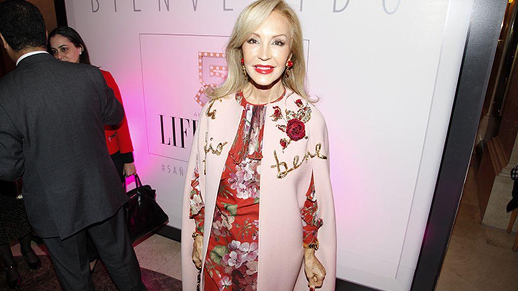 Carmen Lomana, espléndida con esta capa de Dolce & Gabbana