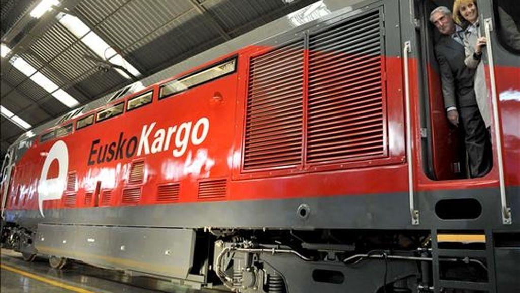 La consejera de Transportes del Gobierno Vasco, Nuria López de Guereñu (d), y el consejero delegado de Euskotren, Julián Eraso, durante su visita a la cabina de la primera locomotora de mercancías de EuskoKargo, el pasado 4 de febrero. EFE/Archivo