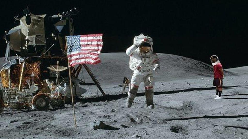 Ashley Cole pisando la luna