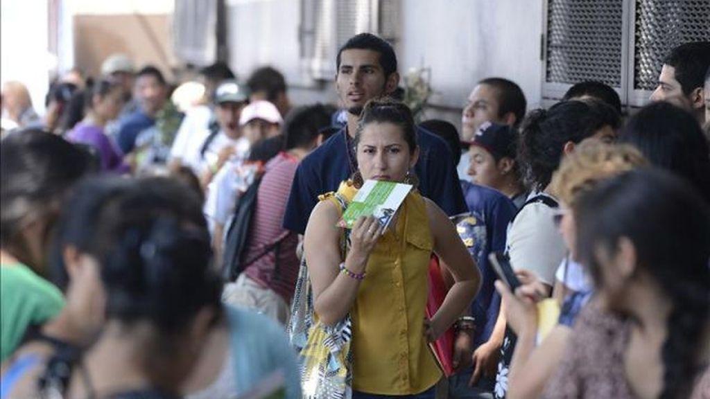 Inmigrantes haciendo cola para arreglar los papeles. Foto: Efe