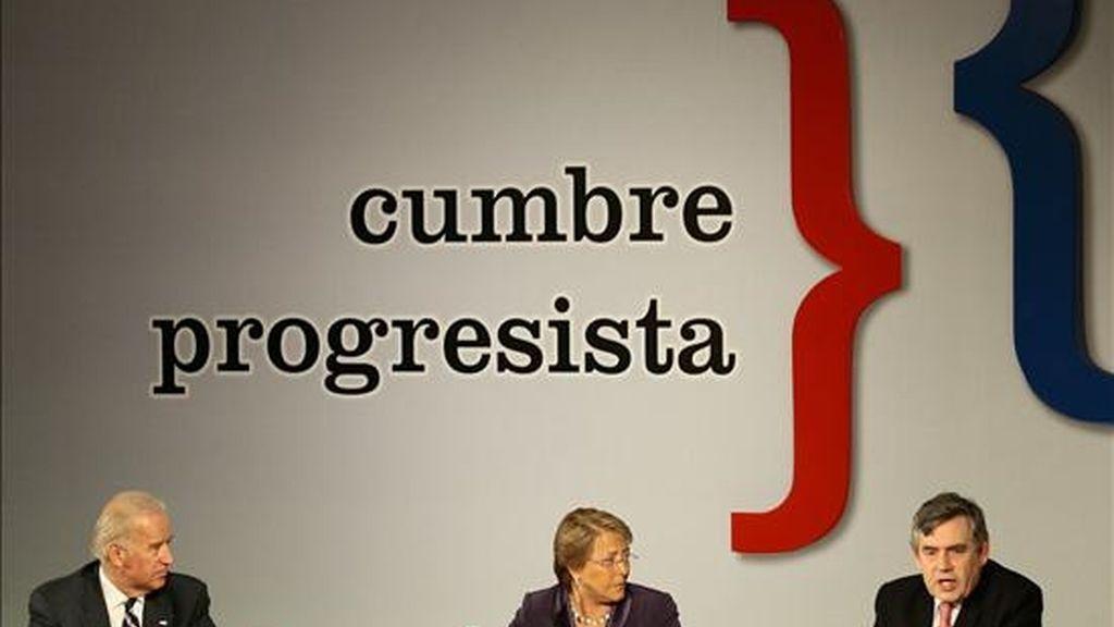 De izquierda a derecha, el vicepresidente de Estados Unidos, Joseph Biden; la presidenta de Chile, Michelle Bachelet, y el primer ministro británico, Gordon Brown, asisten hoy a la inauguración de la VI Cumbre de Líderes Progresistas en Viña del Mar (Chile). EFE