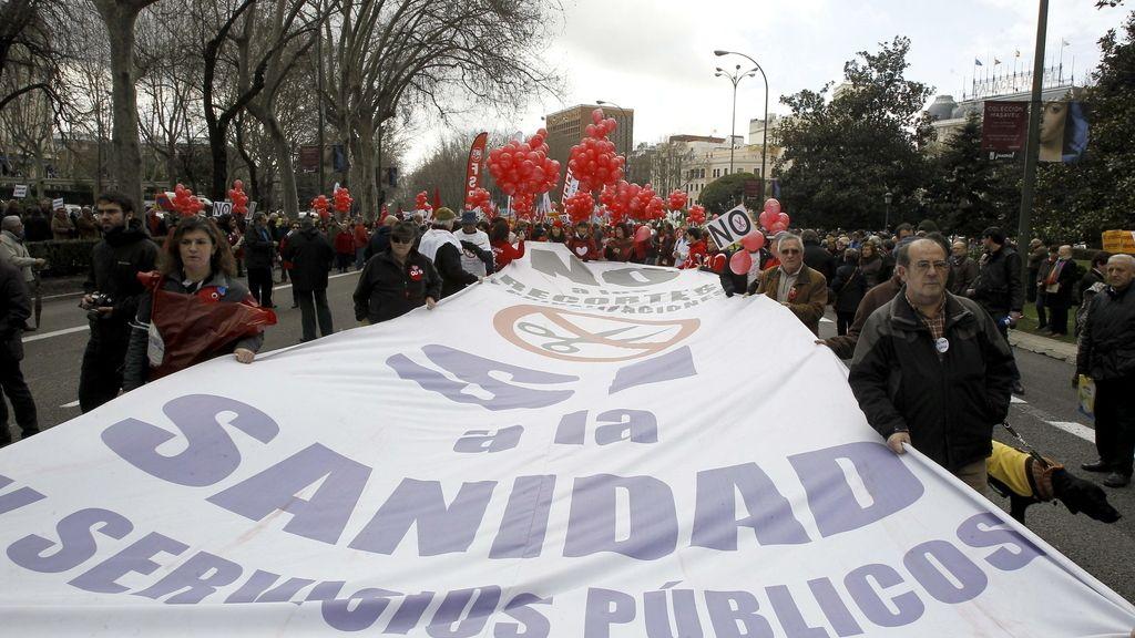 La 'Marea Blanca' celebra la paralización de la externalización sanitaria madrileña