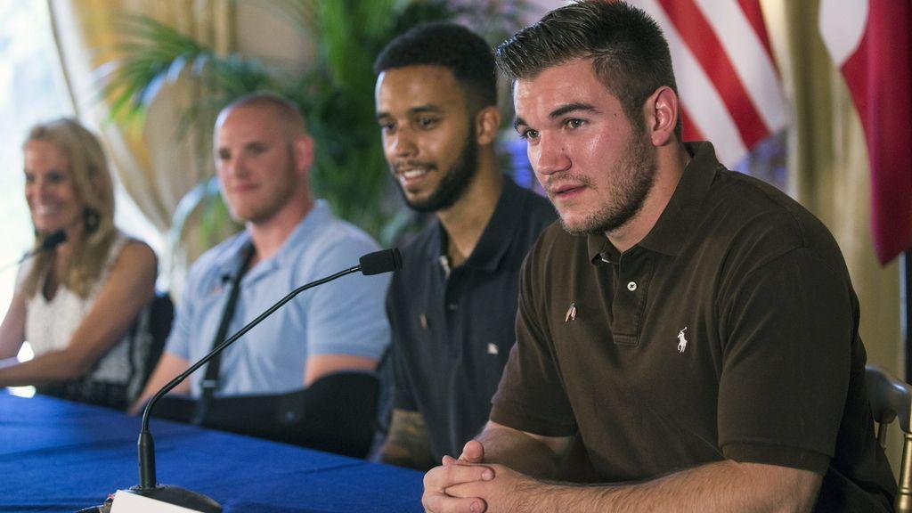 Los tres militares estadounidenses, en la rueda de prensa en París