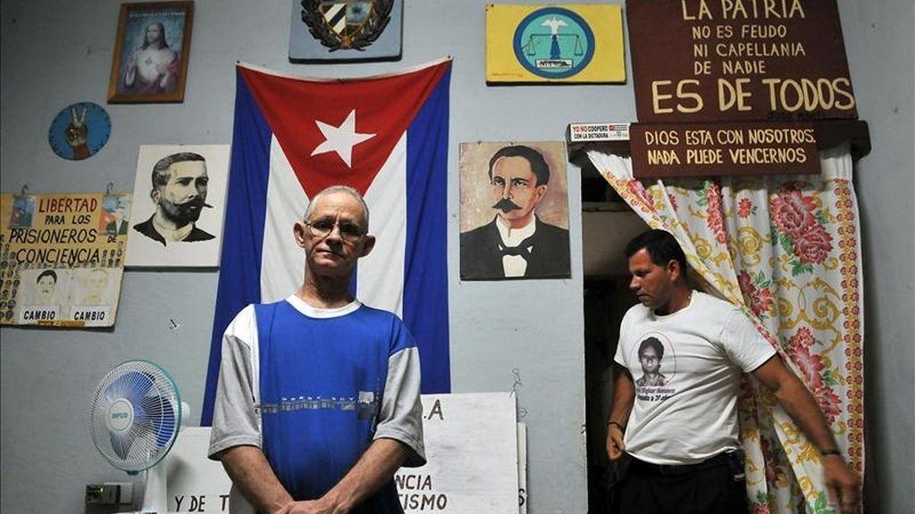 El opositor cubano Guido Sigler (i) posa junto a su hermano Gulliver Sigler, en su casa en el poblado de Pedro Betancourt, en la provincia de Matanzas (Cuba), pocas horas después de haber sido liberado de prisión. EFE