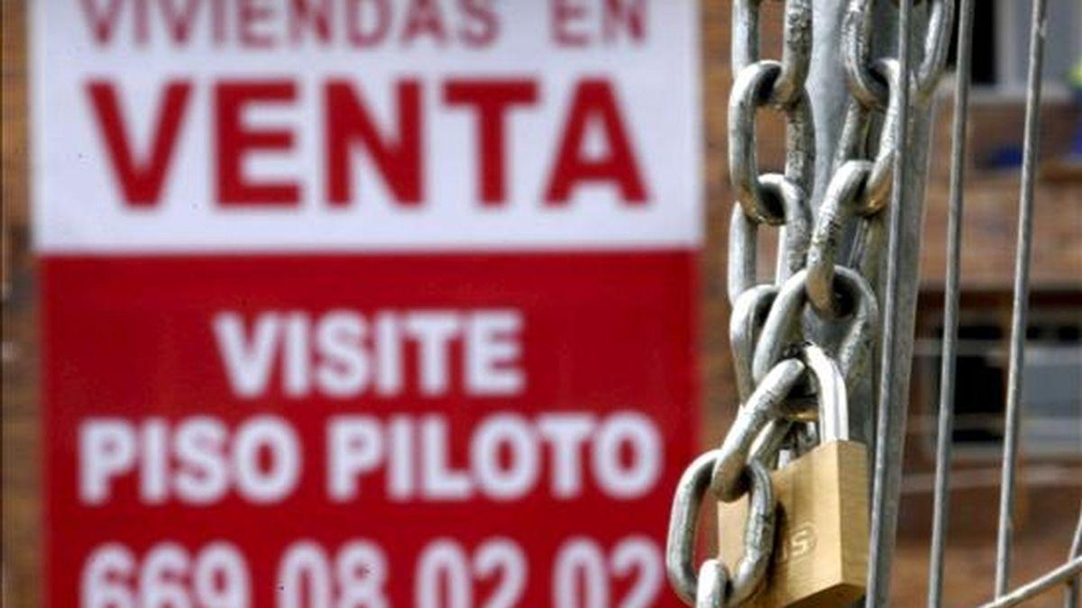 Un cartel anunciador de venta pisos cuelga de una fachada de una nueva promoción en Madrid. EFE/Archivo