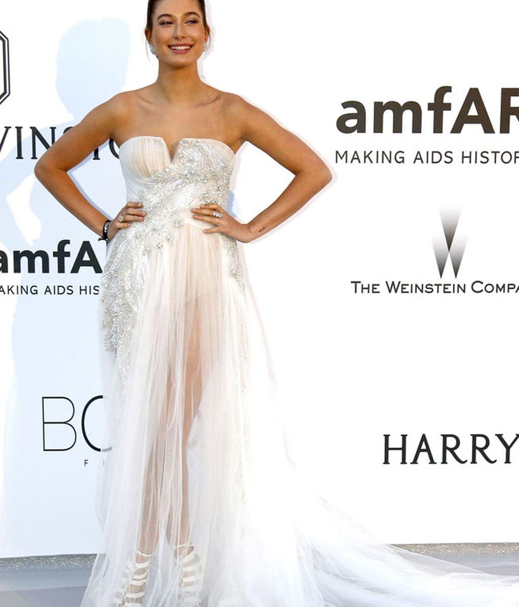 Hailey Baldwin con vestido nude palabra de honor de tul y seda de Gabriela Cadena